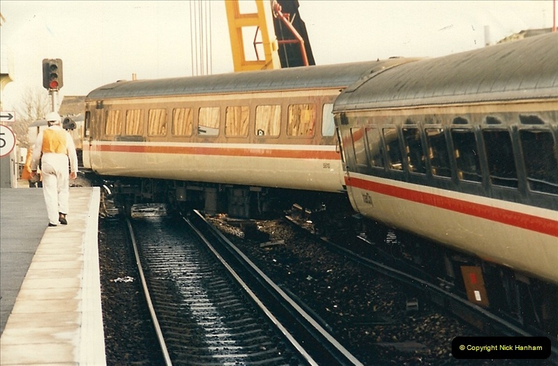 1989-01-10 Empty stock for the up Wessex Scott comes to grief @ Branksome, Poole, Dorset.  (2)0734