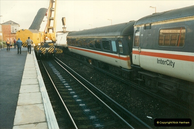 1989-01-10 Empty stock for the up Wessex Scott comes to grief @ Branksome, Poole, Dorset.  (7)0739