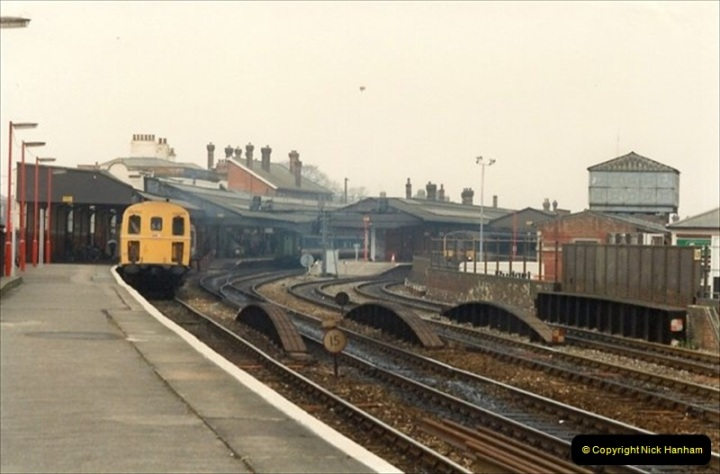 1992-02-29 Salisbury station, Salisbury, Wiltshire.  (64)361
