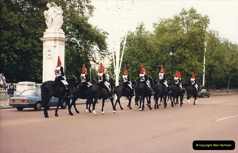1986 Buckingham Palace and the guard. (2) 461271