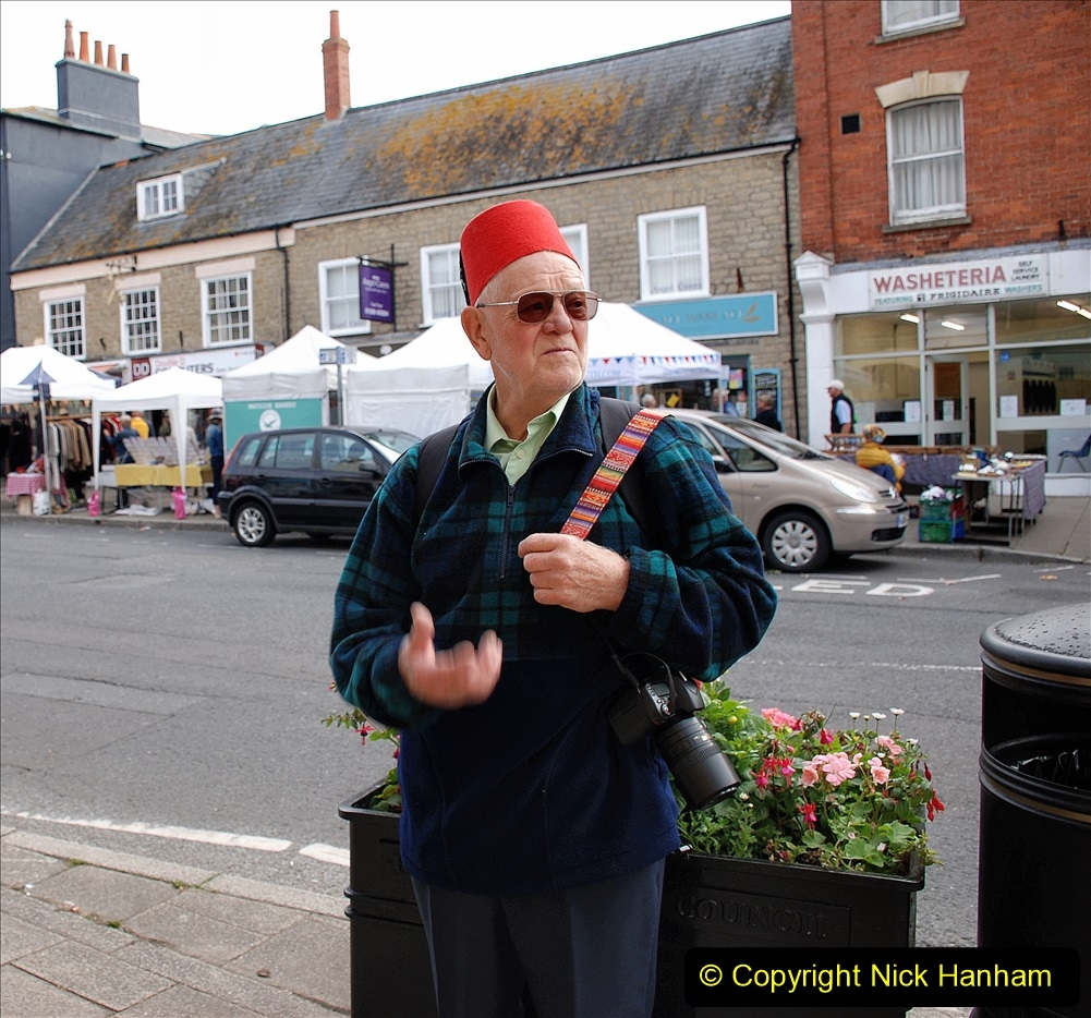 2019-09-07 Bridport Hat Festival. (8) Your Host ready for action plus FEZ (Tommy Cooper style). 008