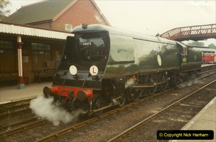 1990-10-17 Your Host and SR team visit the Bluebell Railway for driving experience on 34072.   (3) 130