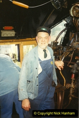 1990-10-17 Your Host and SR team visit the Bluebell Railway for driving experience on 34072.   (5) 132