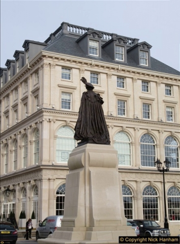 2016-11-16 The new statue to late Queen Mother in Dorchester, Dorset. (1)160