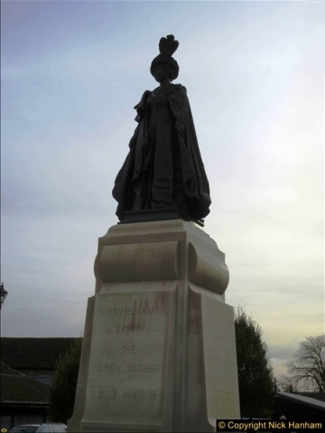 2016-11-16 The new statue to late Queen Mother in Dorchester, Dorset. (2)161