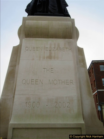 2016-11-16 The new statue to late Queen Mother in Dorchester, Dorset. (3)162
