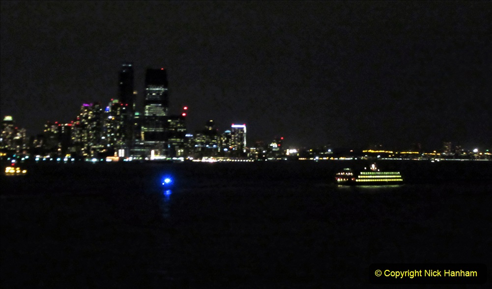 2019-11-10 New York. (421) Queen Mary leaving New York. 420