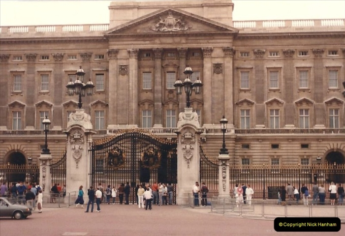 1986 Buckingham Palace and the guard. (1) 461270