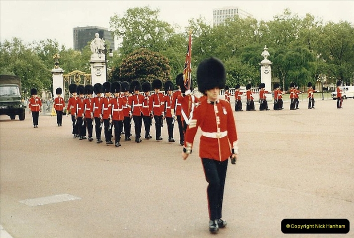 1986 Buckingham Palace and the guard. (3) 461272