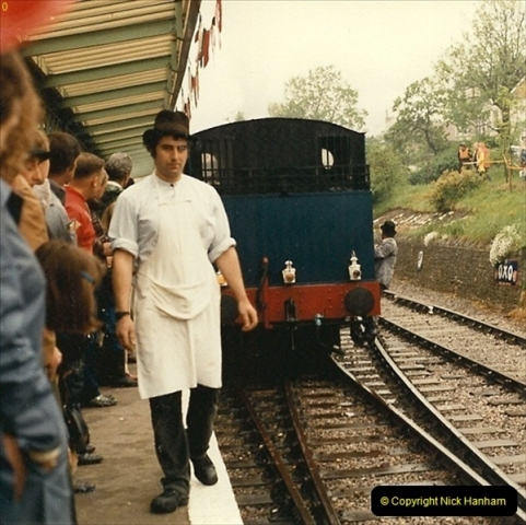 1985-05-27 1885 to 1985 celebrations on the SR. Your Host firing 21.  (8)0294