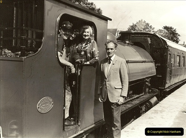 1985-08-11 the Mayoress of Swanage visits the railway. Your Host firing 21.  (1)0315
