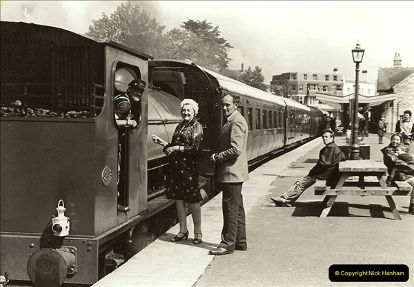 1985-08-11 the Mayoress of Swanage visits the railway. Your Host firing 21.  (17)0318