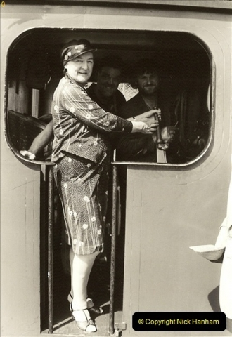 1985-08-11 the Mayoress of Swanage visits the railway. Your Host firing 21.  (18)0319
