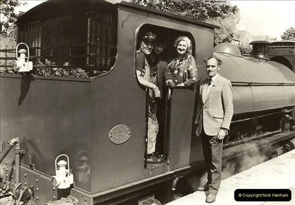 1985-08-11 the Mayoress of Swanage visits the railway. Your Host firing 21.  (19)0320