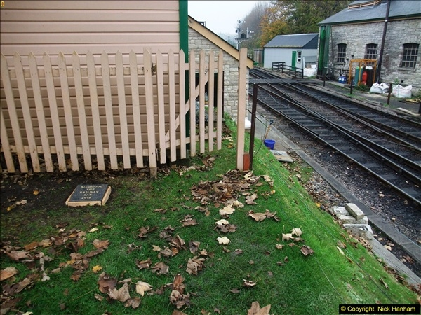 2015-11-02 Setting up the memorial to Ringwood on the SR. (10)93