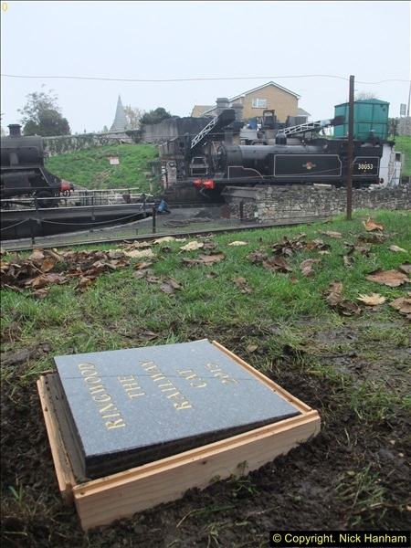 2015-11-02 Setting up the memorial to Ringwood on the SR. (9)92